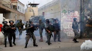 Des policiers des frontières israéliens tirent des grenades lacrymogènes sur des manifestants palestiniens lors d'affrontements dans la ville de Bethléem en Cisjordanie, le 23 décembre 2017.