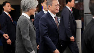 Tổng thống Hàn Quốc Moon Jae In (G) đang tích cực vận động quốc tế nới lỏng trừng phạt cho Bắc Triều Tiên.
