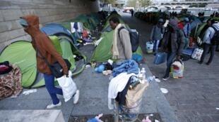 Dois acampamentos de migrantes foram desmantelados na manhã desta quinta-feira (17) em Paris.