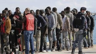 Imigrantes desembarcam no porto da Sicília neste domingo. Na sexta-feira, cerca de 275 pessoas foram resgatadas de embarcações que deixaram à Líbia rumo à Itália.