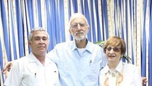Alan Gross (centro) ao lado de representantes da comunidade judaica cubana que foram visitá-lo na prisão em setembro de 2012.