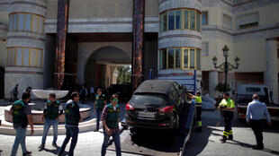 La police espagnole lors de la saisie d'une voiture apparatenant à Rifaat el-Assad à Puerto Banus, à Marbella, le 4 avril 2017.