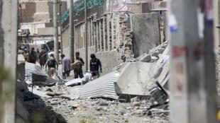 Сотрудники службы безопасности Афганистана исследуют место взрыва. 7 августа 2019 г.
