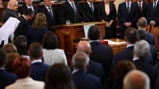 Le Premier ministre bulgare, Boïko Borissov (au fond 4ème gauche) et les nouveaux membres de son gouvernement prêtent serment au Parlement à Sofia, le 4 mai 2017.