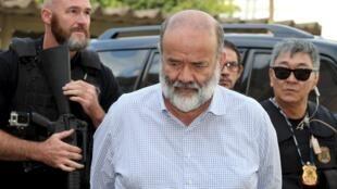 O tesoureiro do PT, João Vaccari, sendo levado pelos policiais.