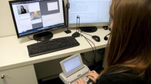 Operadores treinados intermediam conversas telefônicas entre deficientes auditivos e estabelecimentos na França, por meio do novo aplicativo Acceo.