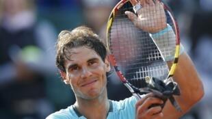 Rafael Nadal comemora nona vitória no saibro francês de Roland Garros.