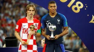 Tiền đạo Pháp Kylian Mbappé (P) với phần thưởng Cầu thủ trẻ đá hay nhất và tiền vệ Croatia Luka Modric, Quả bóng vàng, 15/07/2018.