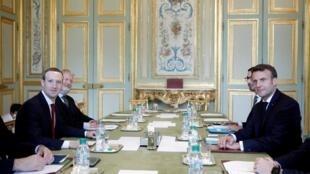 O presidente francês, Emmanuel Macron, durante reunião com o fundador e CEO do Facebook, Mark Zuckerberg, no Palácio do Eliseu.