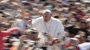 Papa Francisco circula entre a multidão reunida na praça São Pedro para as celebrações de Páscoa.