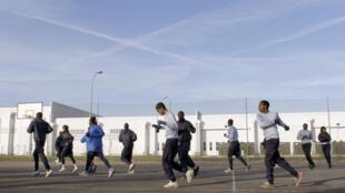 Des élèves suivent un cours de sport au centre Epide (Etablissement public d'insertion de la Défense) de Brétigny-sur-Orge.