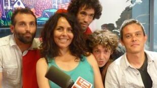 Miembros del grupo 'La Cumbia Chicharra' en los estudios de RFI