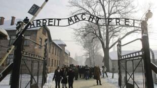 A entrada do campo de Auschwitz-Birkenau em uma imagem de arquivo, de janeiro de 2009.