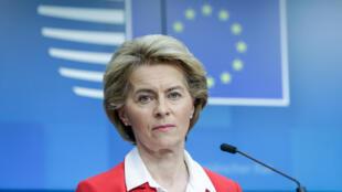Ursula von der Leyen da una rueda de prensa tras una videoconferencia de los líderes de la UE sobre la epidemia del coronavirus, el 17 de marzo de 2020 en Bruselas