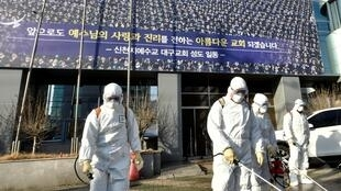 """Tẩy trùng đường phố trước một nhà thờ hệ phái Shincheonji, Hàn Quốc, nơi """"bệnh nhân số 31"""" từng dự lễ. Ảnh chụp ngày 19/02/2020."""
