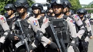 Cảnh sát Indonesia chuẩn bị đi tuần tra ở thủ đô Jakarta vào dịp lễ Giáng sinh (ảnh chụp ngày 23/12/2015)