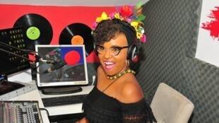 A cantora brasileira Elisete Retter durante gravação de um programa em Israel.