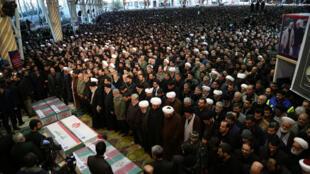 伊朗举行国葬最高精神为美军在巴格达击杀的苏莱曼尼和助手祈祷 2020年1月6日德黑兰   为美军在巴格达击杀的苏莱曼尼最高精神领袖哈梅内伊为棺材附近祈祷 2020年1月6日德黑兰