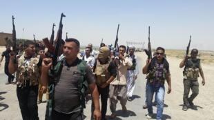 Tribus et forces de sécurité irakiennes se sont déployées autour de Diyala, le 14 juin 2014.