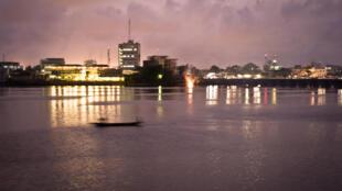 Une vue de nuit de Cotonou, la capitale économique du Bénin.