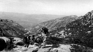 """Fotografia que ilustrou o cartaz da exposição """"Refuser la guerre coloniale"""" a representar """"O Salto"""", ou seja, a saída clandestina de Portugal rumo a França."""
