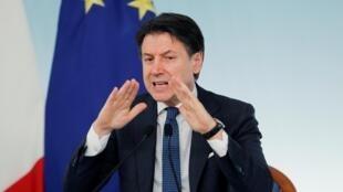 Le chef du gouvernement italien, Giuseppe Conte, lors d'une conférence de presse à Rome, le 11 mars 2020.