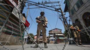 Un policier indien lors d'une manifestation séparatiste dans le Cachemire, le 21 mai 2018.