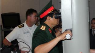 Tướng Phùng Quang Thanh trên một chiếc tàu ngầm Mỹ tại Hawaii ngày 11/12/2009.