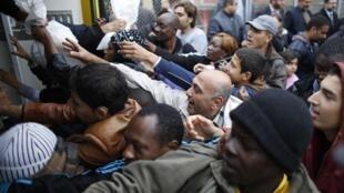 Des migrants tentent d'obtenir de la nourriture dans un centre pour immigrés en Bulgarie.