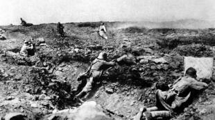 Ataque francês às posições alemãs em Champagne, na França, em 1917.