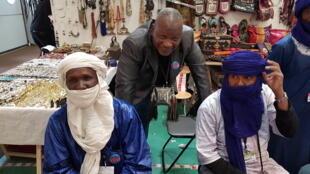 Moussa Ibrahim (au centre), président de la Chambre des Métiers de l'Artisanat du Niger.