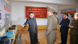 Lãnh đạo Bắc Triều Tiên Kim Jong Un đến một viện nghiên cứu quốc phòng. Ảnh do hãng thông tấn Bắc Triều Tiên KCNA cung cấp ngày 23/08/2017.