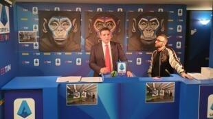 Luigi De Siervo, administrateur délégué de la Série A italienne, et l'artiste Simone Fugazzotto lors de la présentation de la campagne anti-raciste le 16 décembre 2019.
