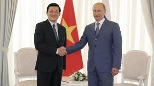 Tổng thống Nga Vladimir Putin  tiếp Chủ tịch Việt Nam Trương Tấn San tại Sochi ngay 27/7/2012.