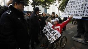 População faz protesto contra censura de jornal chinês Nanfang Zhoumoliberal.
