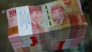 Номинал самой мелкой монеты в Индонезии составляет 50 рупий (около 20 копеек). На фото — купюры по сто тысяч рупий