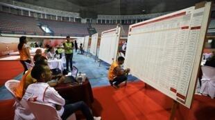 Các nhân viên đang kiểm phiếu tại một phòng bỏ phiếu bầu tổng thống Tunisia, ở Tunis, ngày 16/09/2019