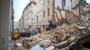 Rescatistas buscan a supervivientes en el barrio Noailles de Marsella, el 5 de noviembre de 2018.