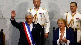 O presidente chileno, Sebastián Piñera, presta juramento ao lado de sua antecessora, Michele Bachelet, no dia 11 de marcço de 2018.