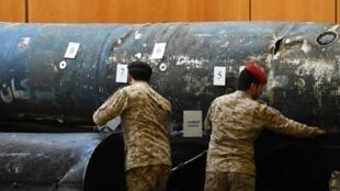 بقایای موشکی که از سوی حوثیها شلیک شده و ریاض مدعی است که ساخت ایران است، توسط سربازان سعودی در کنفرانس خبری ٢۶ مارس ٢٠۱٨ در ریاض به نمایش گذاشته شده است.