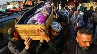 Des irakiens portent le cercueil d'un manifestant anti-gouvernement tué à Nasiriya. Procession à Najaf, le 28 novembre 2019.