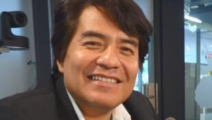 El músico y compositor peruano Ricardo Delgado en los estudios de RFI