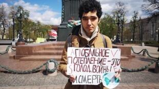 À Moscou, Arshak Makichyan a rejoint tout seul les lycéens et étudiants du monde entier qui font une «grève scolaire» pour le climat depuis plusieurs mois tous les vendredis après-midi.