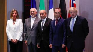 Le ministre iranien des Affaires étrangères, Mohammad Zarif (2e à gauche) entouré (de gauche à droite) par Federica Mogherini, la chef de la diplomatie européenne, et ses homologues français, allemand et britannique, à Bruxelles, ce 15 mai 2018..