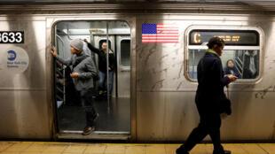 A atrasos crônicos e sujeira extrema se tornaram as principais características do metrô de Nova York.