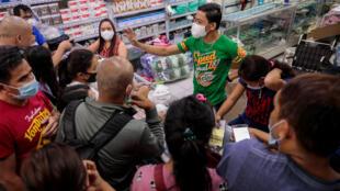 População compra máscaras para prevenir contágio do coronavírus