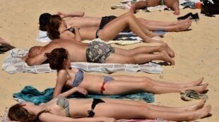 Sunbathers on Bondi Beach as temperatures soar in Sydney, 28 December 2018.