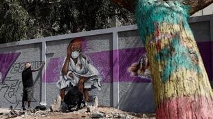 Des graffeurs sénégalais du groupe RBS encouragent la population à se protéger de la menace épidémique, à Dakar, le 25 mars 2020.