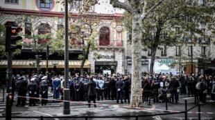 Devant le Bataclan, des personnes assistent aux cérémonies autour du quatrième anniversaire des attentats du 13-Novembre à Paris.