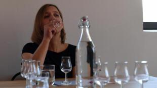 Un visiteur déguste une vodka quelques jours avant l'ouverture officielle du musée, à Varsovie.